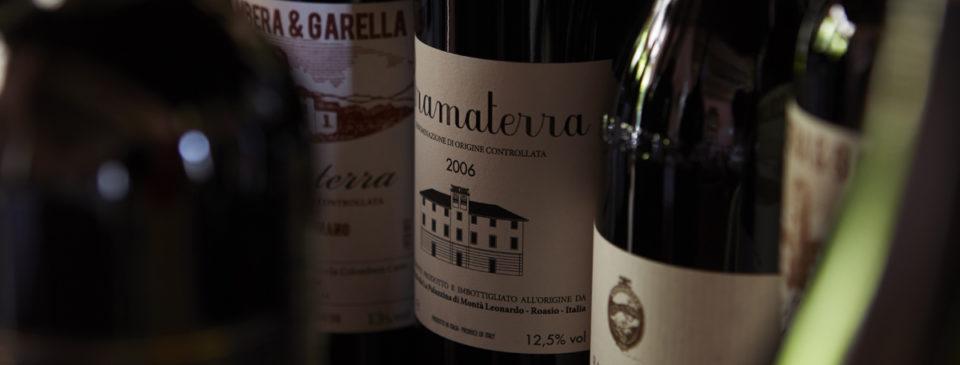 dettaglio bottiglie di vino rosso dell'Osteria Grand hotel