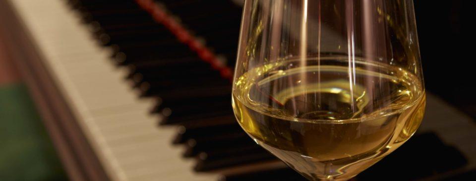 osteria grand hotel calice di vino bianco e pianoforte